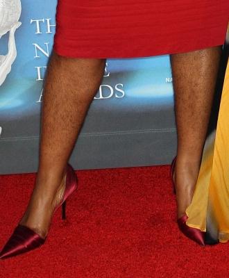 женщина с небритыми ногами фото